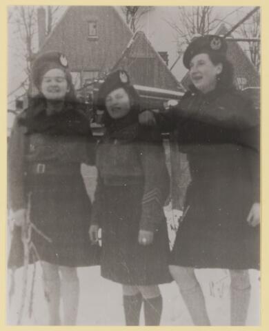 077517 - Tweede wereldoorlog 1940-1945. Drie Oisterwijkse meisjes in de kledij van de Canadese soldaten.
