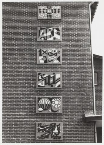"""067658 - SCHOOLVAKKEN, gemaakt uit trilbeton, door de Tilburgse kunstenaar Frans MANDOS (Tilburg 1907 - Nijmegen 1977). Van boven naar beneden zijn de volgende vakken uitgebeeld: godsdienst, lezen, rekenen, schrijven, aardrijkskunde en geschiedenis. Lokatie: zijgevel van de R.K. Basisschool """"Koningshoeven"""", Lourdesplein 1. Frans Mandos heeft in Tilburg verscheidene kunstwerken uitgevoerd in het zogenaamde 'trilbeton-procédé', een techniek die hij ontwikkelde in samenwerking met de Goirlese betonfabrikant De Kok. Trefwoorden: Kunst in de openbare ruimte. Onderwijs."""