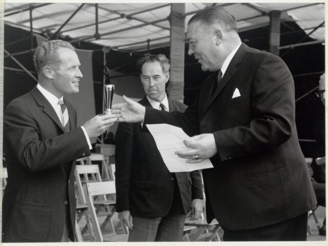 91650 - Made en Drimmelen. Uitreiking van een cup ter gelegenheid van de opening van De Jachthaven De Biesbosch door burgemeester Cees (C.W.) Smits (KVP politicus 1965-1975).
