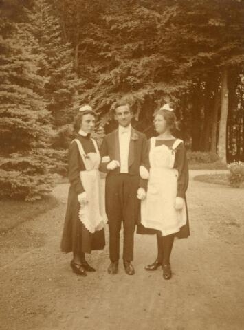 600656 - Emilie Verheyen, haar broer Leo Verheyen en Mary Kolfschoten-Verheyen. Jkvr. Emilie Françoise Rosa Marie VERHEYEN, geb. 11-10-1897 te Loon op Zand, overl. 24-1-1984 te Tilburg, gehuwd op 2-10-1934 te Loon op Zand met  Dr Carel Hendrik, ten HORN (1884-1964). Jhr. Léo Carel Rose Eugène Marie Verheijen, geb. 3-8-1905 te Loon op Zand, aldaar overleden op 12-11-1980.  Zoon van Jhr. mr. Eugènius Jean Baptist Josephus Marie VERHEYEN, Heer van Loon op Zand en van  Jkvr. Rose Françoise Leonie Marie  van NISPEN TOT SEVENAER, geb. 11-4-1869 te Zevenaar, overleden 31-10-1944 te Saint Hubert (Blg). Links Jkvr.  Maria (Mary) Johanna Anna Emilia VERHEYEN (Den Bosch 1883 aldaar overl. in 1927), gehuwd in 1907 in Den Bosch met advocaat en procureur Mr. George M.J. KOLFSCHOTEN (1875-1955)