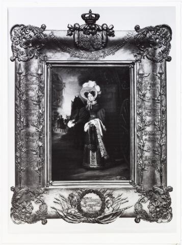 """008400 - Schilderij. """"ANNA PAULOWNA stapt te Tilburg uit haar koets, waarmee zij haar echtgenoot na de Tiendaagse veldtocht tegemoet was gereden. Op de achtergrond arriveert prins Willem met zijn gevolg, 21 augustus 1831"""". (Reina van Ditzhuyzen, Het Huis van Oranje, Haarlem 1979, p. 151). Zie ook foto nr. 8399. Op de lijst van het schilderij staan plaatsnamen en data van de """"Tiendaagsche Veldtogt"""" in augustus 1831, nl.: Ravels 1 aug., Turnhout 3 aug., Beringen 5 aug., Houthalen 6 aug., Kermpt 7 aug., Hasselt 8 aug., Bautersem 12 aug., Leuven 12 aug."""