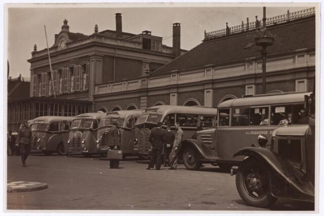 013395 - Tweede Wereldoorlog. Stadbussen voor het station aan de Spoorlaan eind juni 1940