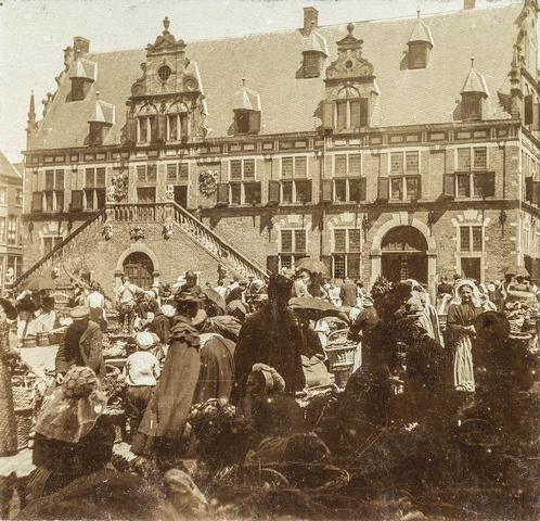 653576 - Straatbeeld. Historisch waaggebouw Nijmegen. Op de voorgrond een markt. (Origineel is een stereofoto.)