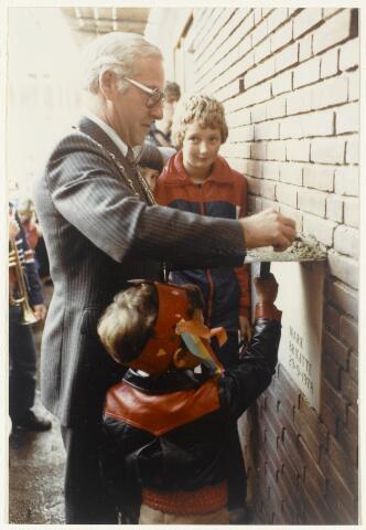 91155 - Made en Drimmelen. Het inmetselen van de eerste steen van de Stuifhoekschool door burgemeester Harry (H.W.G.) Opheij (1976 - 1982).