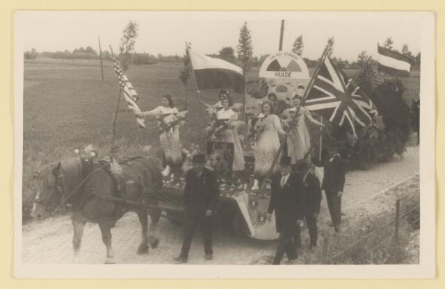 """080855 - WOII; WO2; Bevrijding Udenhout 1945. De optocht. """"Aan onze bevrijders: Hulde""""."""