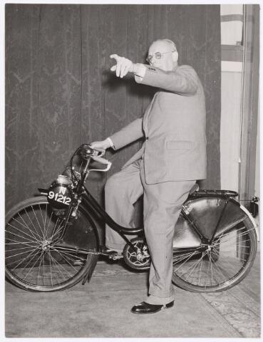 """039128 - Volt, Pensioen. Afscheid van de heer Hubert, hoofd van de administratie en tevens procuratiehouder van Volt sinds 1917, bij zijn afscheid per 1-1-1950.  Van het personeel kreeg hij deze """"Solex"""" aangeboden als afscheidscadeau."""
