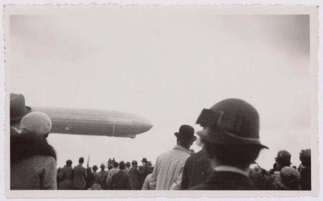 041559 - Luchtvaart. De Graf Zeppelin maakte vanuit Friedrichhafen een rondvlucht boven Nederland en kwam daarbij ook boven Tilburg. Het luchtschip was op weg naar naar de Waalhaven te Rotterdam. De Graf Zeppelin landt op Waalhaven.
