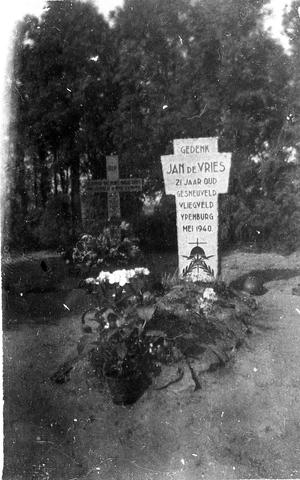 830036 - WO2: WOII; Tweede Wereldoorlog. Oorlogsjaren. Graf van Jan de Vries, gesneuveld op vliegveld Ypenburg.