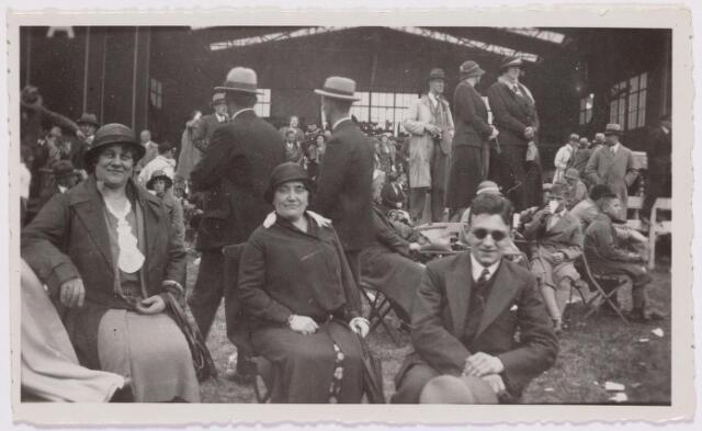 041557 - Luchtvaart. De Graf Zeppelin maakte vanuit Friedrichhafen een rondvlucht boven Nederland en kwam daarbij ook boven Tilburg . Het luchtschip was op weg naar naar de Waalhaven te Rotterdam. Vl.n.r.: mevr. vd Brekel-Verschuuren, mevr. Verschuuren-Strick, en zoon Eduard Verschuuren van de firma glashandel v.d. Meydenberg.