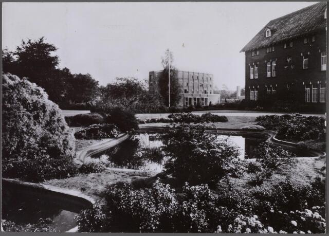 011309 - Voortuin en hoofdgebouw van huize Piusoord aan de Bredaseweg, op de achtergrond de personeelsflat.