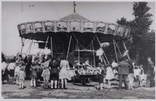045717 - WOII; WO2; Tweede Wereldoorlog. Een draaimolen op het Oranjeplein t.g.v. de bevrijdingsfeesten.