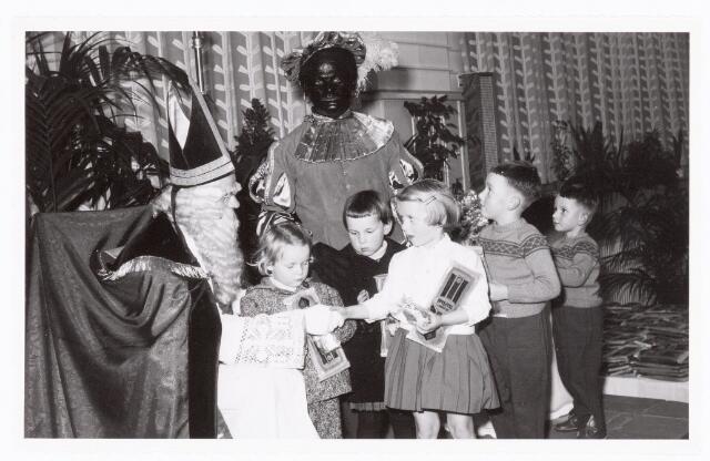 038886 - Volt. Zuid. Sport en ontspanning. Viering Sint Nicolaas voor de kinderen van het personeel in 1959. De kinderen bedanken Sint, Ab Haarlem en Piet, Jos Spijkers. Sinterklaas. St. Nicolaas