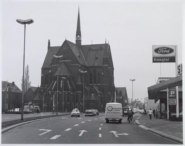 020020 - Kerk van het Heilig Hart van de parochie Noordhoek, kort voor de sloop in 1975, gezien vanuit de Spoorlaan. Het werd ontworpen door architect dr. P.J.H. Cuypers en gebouwd in 1897/1898. Rechts de showroom van garage Knegtel
