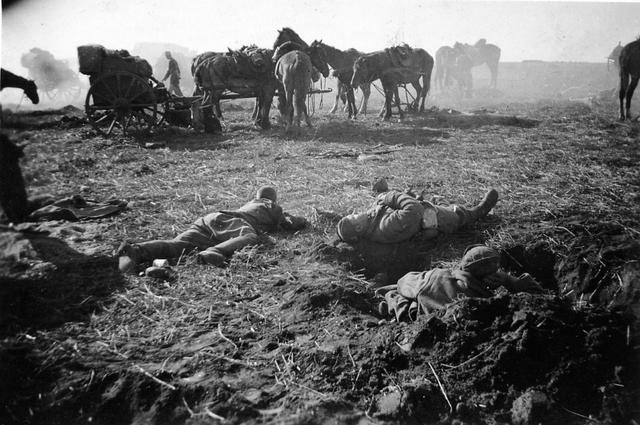 830031 - Tweede Wereldoorlog. Oorlogsjaren. Gevechten, Duitse soldaten op het slagveld. Onduidelijk hoe deze Duitse foto in bezit is gekomen van Jan Naaijkens.