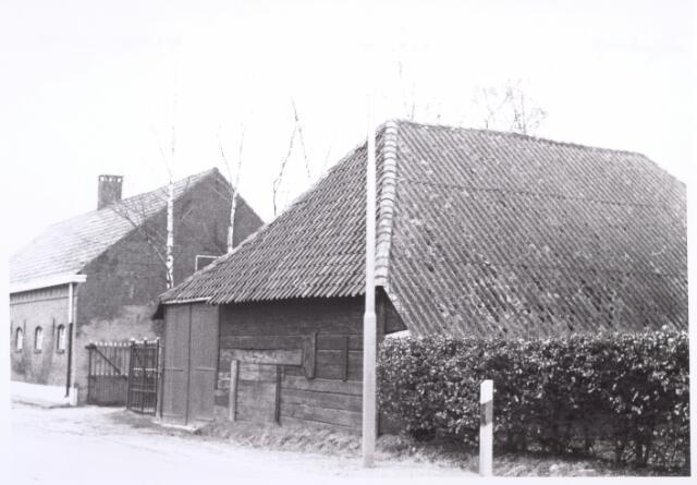 017812 - Boerenschuur aan de Rielseweg (thans Dr. Hub. van Doorneweg) begin 1968