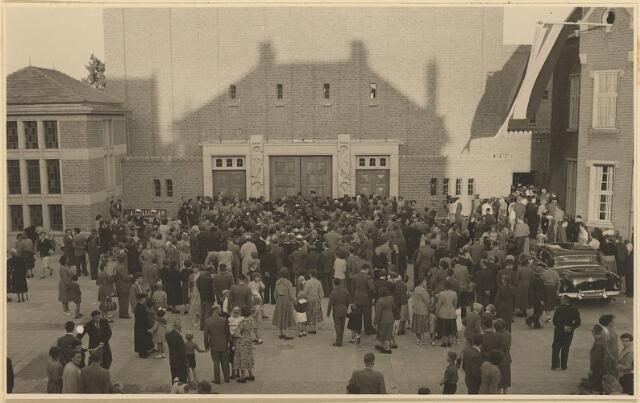 604020 - Parochie Gasthuisstraat  De bevolking stroomt toe om de inwijding door de bisschop van de nieuwe kerk van de parochie O.L.Vrouw van Altijddurende Bijstand bij te wonen.