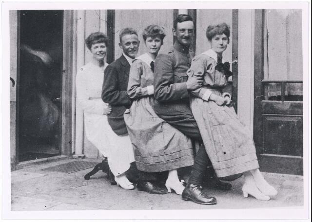 004931 - Foto genomen tijdens de eerste Wereldoorlog (rond 1916). Tweede van rechts de militair Leo Wolf die ingekwartierd was. De anderen zijn kinderen van wijnhandelaar P.J. KNEGTEL. V.l.n.r.: Lies, Leo, Cato en Marie.