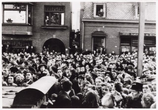 012621 - Tweede Wereldoorlog, Bevrijding. Een enorme mensenmassa langs de route van het defilé op 4 november 1944 op het Willemsplein