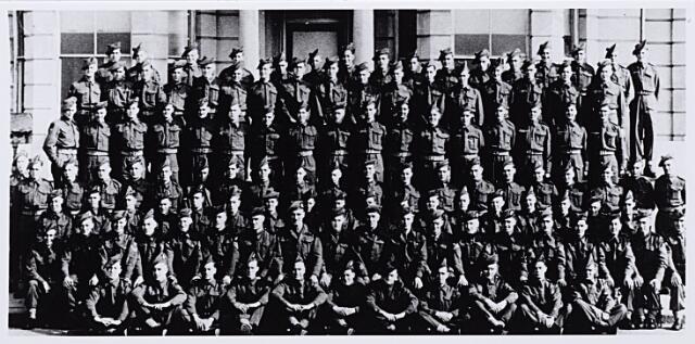 012095 - Tweede Wereldoorlog. Bevrijding. B-compagnie van de 8th Royal Scots, gefotografeerd in Worthing in mei 1944. Enkele maanden later vochten zij mee tegen de Duitsers en hielpen Tilburg mee bevrijden