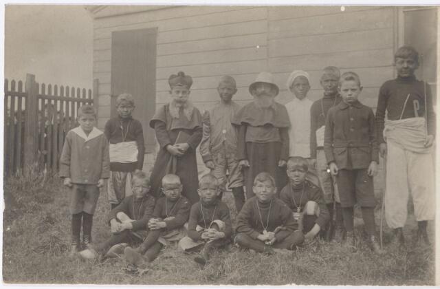 051285 - Basisonderwijs. Klassenfoto r.k. lagere school. St. Jozefschool aan de Groeseindstraat. Leerlingen voeren een toneelstukje uit dat betrekking heeft op de missie bij het afscheid van frater Sigebert.