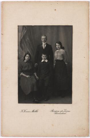 004587 - Kinderen HOUBEN-JANSSENS, woonachtig in Zevenbergen. V.l.n.r. Noortje, Frans (geb. 1894) en voor hem Miel, en rechts Constance, geb. 1897.