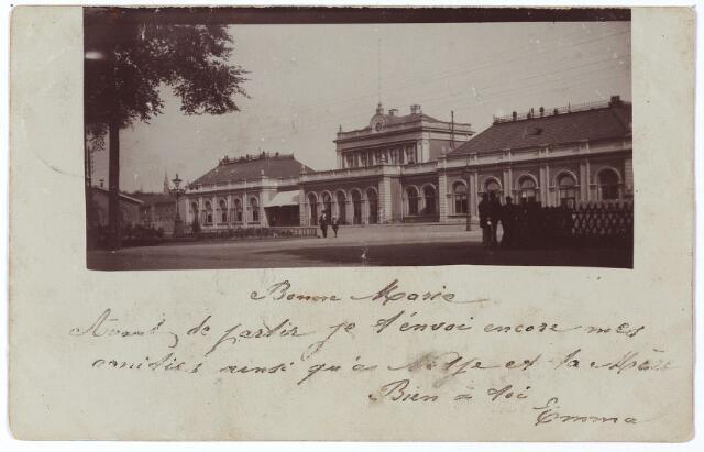 002225 - Oud station aan de Spoorlaan. Op 1 oktober 1863 vond de feestelijke opening plaats van de spoorlijn Tilburg-Breda. Op die dag vertrok een feestelijk versierde trein met allerlei notabelen aan boord, onder wie minister J.R. Thorbecke, vanuit Breda naar Tilburg. De lijn Breda-Tilburg was de eerste lijn van de 'Maatschappij tot Exploitatie van Staatsspoorwegen'. In 1865 kwam de verbinding met Boxtel tot stand. In 1881 werd de lijn naar 's-Hertogenbosch in gebruik genomen. Het feit dat men nu met de trein in Nijmegen kon komen werd ook in Tilburg gevierd. Het gemeentebestuur van Tilburg en het plaatselijk bestuur van de Kamer van Koophandel nam op 1.6.1881 plaats in de speciale feesttrein om de opening van de lijn in Nijmegen te gaan vieren.