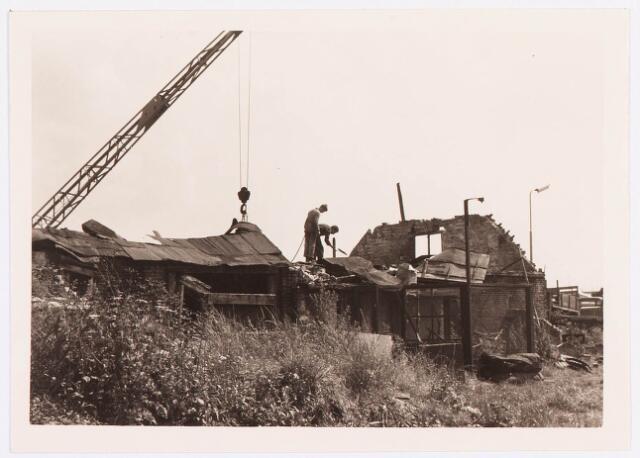 034491 - Lijnsheike 223 (de restanten van het huis) en 225 (de sloop van de fabriek van F.J.M. Vorselaars (ruwijsfabrikant) in volle gang). Thans heet dit deel van de straat Von Weberstraat. De meeste huizen aan het Lijnsheike zijn inmiddels gesloopt