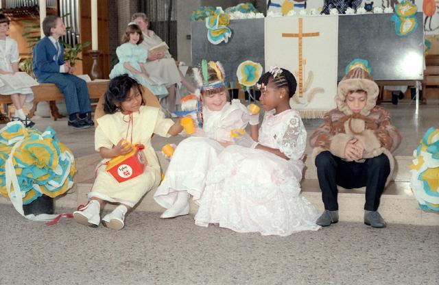 655282 - Eerste Heilige Communie viering in de Tilburgse Lourdeskerk op 27 april 1986.