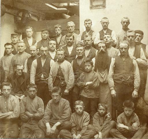 653470 - Groepsfoto. Scheerderij. Textielfabriek Gebroeders Diepen. Man met baard is Van Dongen. (Origineel is een stereofoto.)