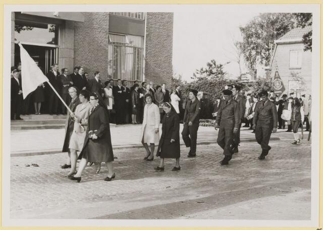 072998 - Opening gemeentehuis door de Commissaris van de Koningin Kortmann. Defilé verenigingsleven vóór het gemeentehuis. EHBO (voorop met vlag) en BB.