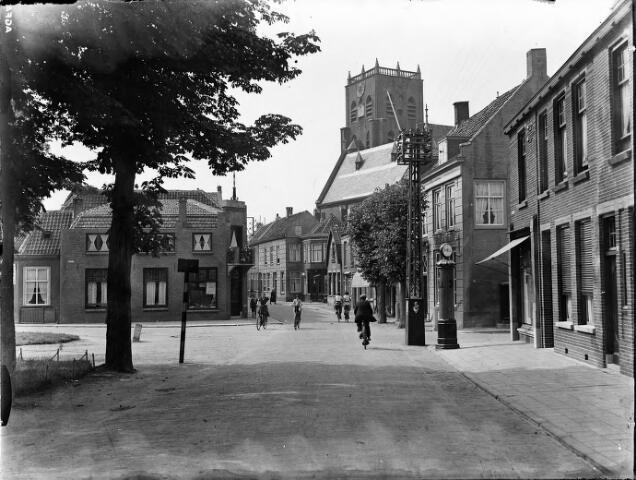 604587 - Geertruidenberg 4 juli 1935. Het Stationsweg, Plantsoen, richting Brandestraat. Op de hoek naar de Gasthuisstraat een Shell benzinepomp en een electriciteitsmast.  Daarachter is de toren van Gertrudiskerk zichtbaar. De kerk is gebouwd in de 14e eeuw.
