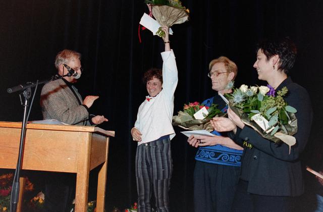 1237_001_037_033 - Vrijwilligerswerk. Een feestelijke bijeenkomst van Stichting Contour in Theater De Vorst (tegenwoordig theater de Nieuwe Vorst) in december 1997. Bloemen en felicitaties, mogelijk in het kader van de stimuleringsprijzen.