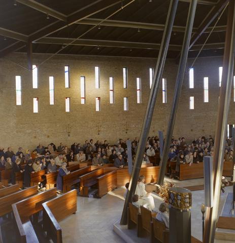 1237_012_980_007 - Kerk. Religie. Architectuur. Uitvaart in de Pastoor van Arskerk aan de Beneluxlaan in december 1972.