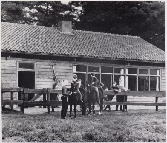 041913 - Gezondheidszorg. Paarden met kinderen op kinderboerderij van de Stichting Charlotte-oord