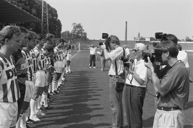 TLB023002731_003 - Spelers Willem II worden gefotografeerd.