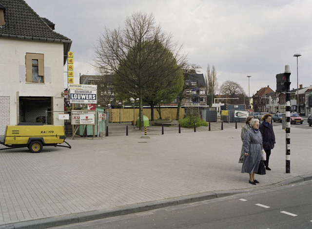 TLB023000061_002 - Bouw- en verbouwactiviteiten met links op de foto het latere Cafe Cher en rechts op de foto de bouw van Mc Donald's