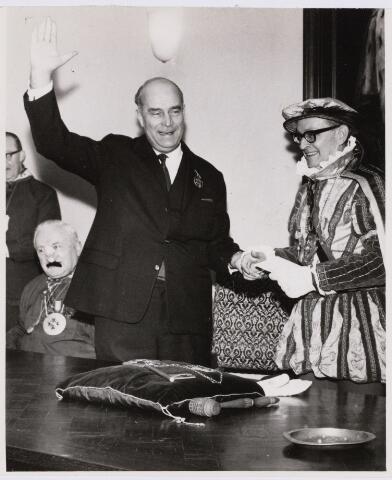 101336 - Carnaval 1966. Prins Mienus I (Gerard van de Griend). Links burgemeester Elkhuizen.