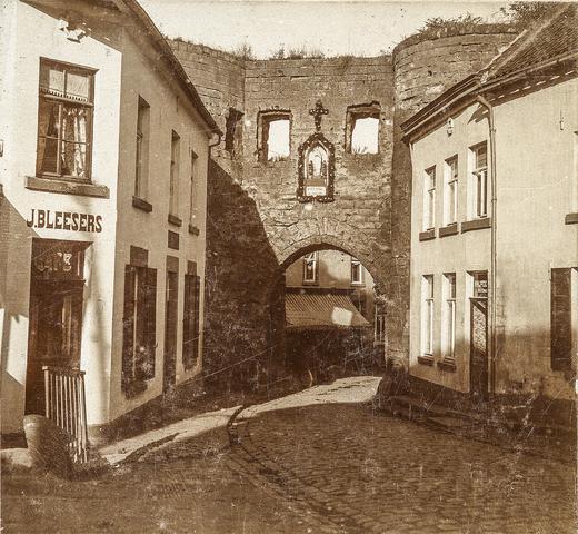 653514 - Straatbeeld. Grendelpoort met links café J. Bleesers. (Origineel is een stereofoto.)