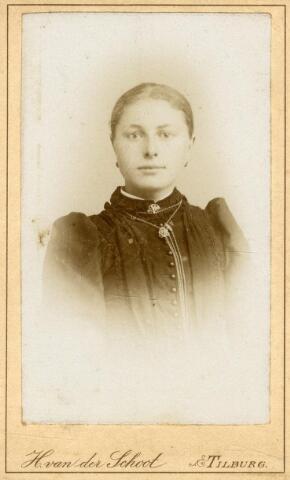 602413 - Maria Cornelia van Pelt, geboren op 10 december 1865 als dochter van wever Norbertus van Pelt en Johanna Bertens. Ze huwde in 1893 te Tilburg met wever Christianus Janssen. Maria overleed op 28 mei 1925 te Tilburg.