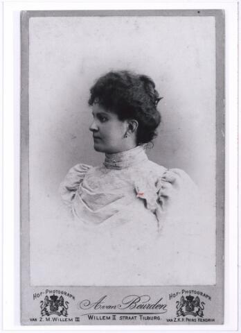 004831 - Josephina Maria Aloysia Pia (Stephanie) SWAGEMAKERS (Tilburg 1872-1949). Zij trouwde in 1893 in Tilburg met     Hermanus Johannes Paulus (Paul) Kemps, fabrikant (Deventer 1870 - Tilburg 1933). (reproductie; origineel niet in collectie aanwezig)