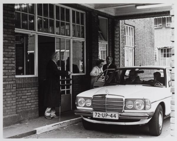 041701 - Elisabethziekenhuis. Gezondheidszorg. Ziekenhuizen. Ingang op het binnenplein van het St. Elisabethziekenhuis met hierop de Mercedestaxi.