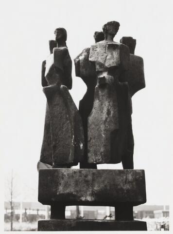 """067791 - MONUMENT VOOR DE AMAZONES (""""Stele della amazzoni""""). Bronzen beeld van de Italiaanse beeldhouwer Mario NEGRI (Tirano 1916 - Milaan 1987). In 1962 aangeboden door het Tilburgse gemeentebestuur aan de toenmalige Katholieke Economische Hogeschool, t.g.v. de opening van gebouw A (Cobbenhagen gebouw). Geplaatst in 1967. Heeft o.a. gestaan voor de ingang van gebouw B (Koopmansgebouw) en bij het terras van de mensa.  Trefwoorden: Kunst, openbare ruimte, onderwijs"""