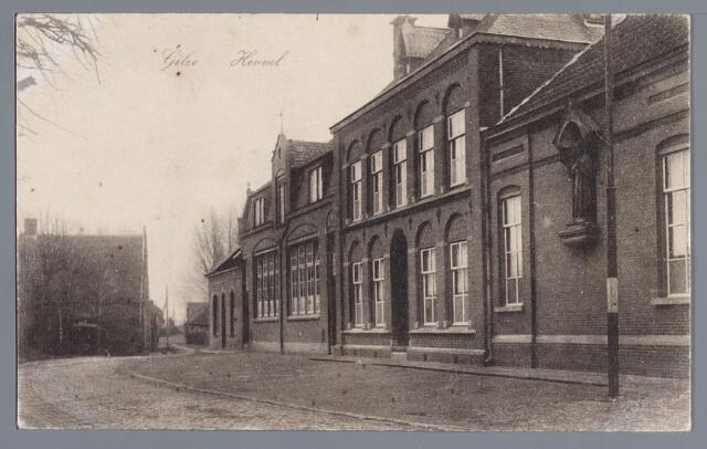 """057799 - Gilze. Heuvel. De andere zijde van de Heuvel veranderde eveneens, zoals deze opname uit 1918 aantoont. de koperslager Sprangers liet in 1908 een nieuw winkelhuis bouwen in plaats van de oude koperslagerij en in dezelfde tijd werd de kapel van het zusterklooster vervangen door een nieuwe meisjesschool. geheel links het café """"In den Veehandel"""" van G. Kuijpers."""