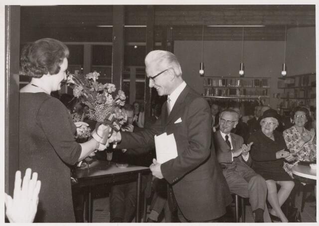 100120 - Bibliotheken. Ter gelegenhied van de opening van een nieuw gebouw biedt de heer Huijsmans bloemen aan aan mevrouw Kroon.