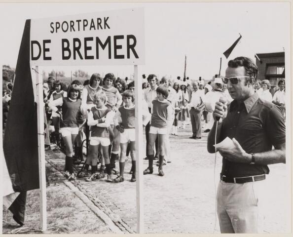 084766 - Opening Sportpark De Bremer. Rechts Burgemeester Hoogenbosch
