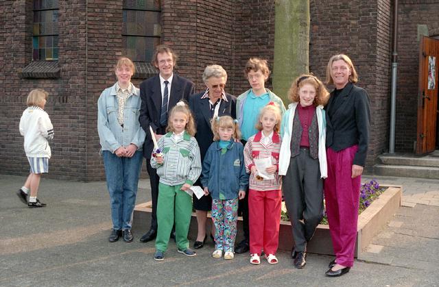655293 - Eerste Heilige Communie viering in de Tilburgse Sacramentskerk op 14 april 1991. Familieportret.
