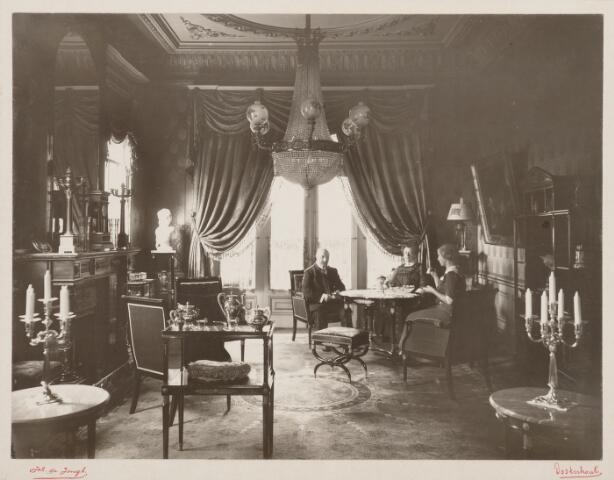 065416 - Villa Mathilda. De familie Verschure in de salon, die ingericht is naar de smaak van de laatste decennia van de negentiende eeuw.