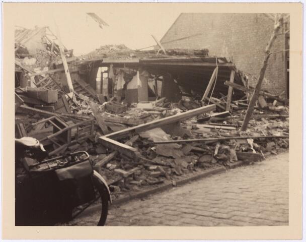 013551 - WOII; WO2; Tweede Wereldoorlog. Bombardement. Bominslag in enkele huizen in de St. Josephstraat, hoek Hoogvensestraat op 31 juli 1942