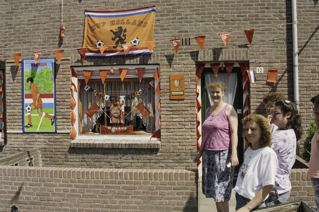 TLB023000523_001 - WK voetbal 1994; woning versierd met oranje vlaggen etc.