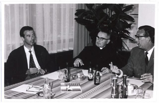 007559 - In het midden deken Van Oort, rechts burgemeester Becht.